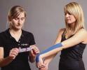 Behandlung mit Kinesiologie Tape